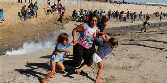 Illegal immigrants rushing US border